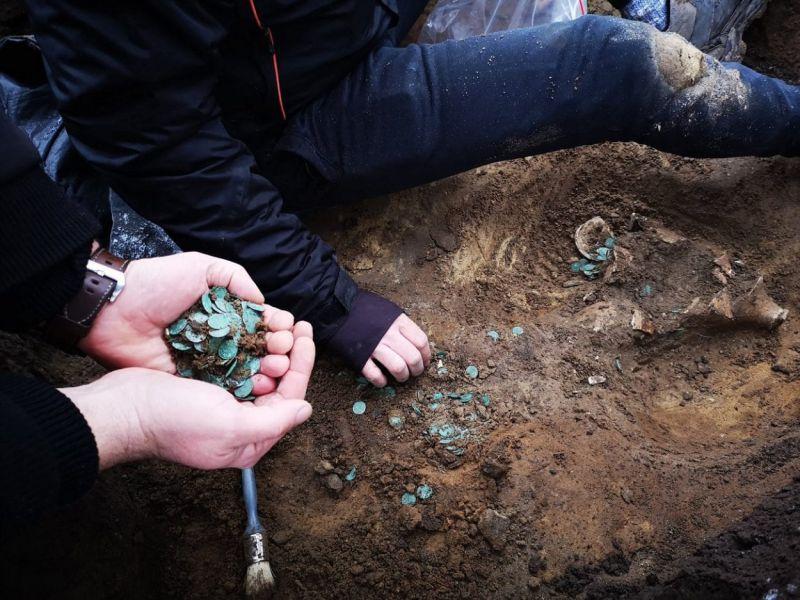 ritrovato-tesoro-romano-medievale-ungheria-contenente-pi-7000-monete-v3-493339-800x600-1